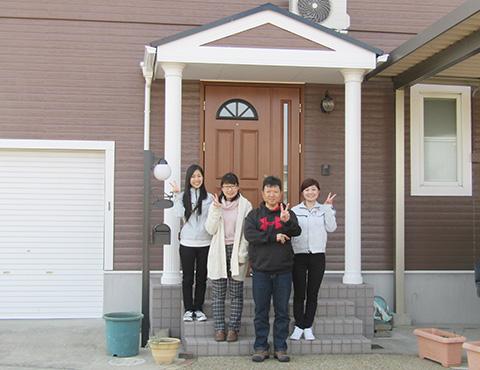 春日井市M様の声、外壁屋根塗替施工後のお客様の声、記念写真
