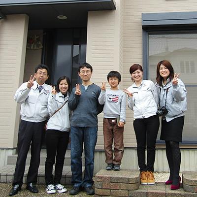 春日井市S様邸、外壁屋根塗替え工事完工後、S様ご家族と記念撮影2