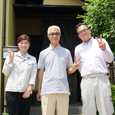岐阜県土岐市S様邸、外壁塗り替え工事、施工完了後ご満悦の様子と記念撮影