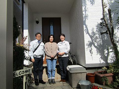 愛知県小牧市T様_外壁屋根リフォーム_お客様の声_記念撮影_株式会社麻布